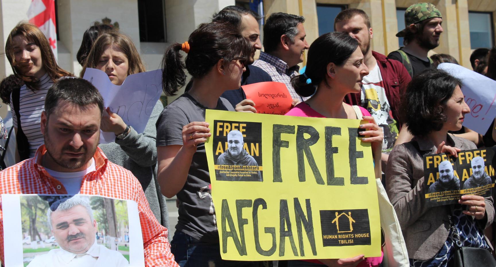 Журналисты в Грузии протестуют против похищения азербайджанского коллеги